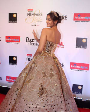 Sonam Kapoor - Photos: Celebs at Red Carpet Of Filmfare Glamour & Style Awards 2017