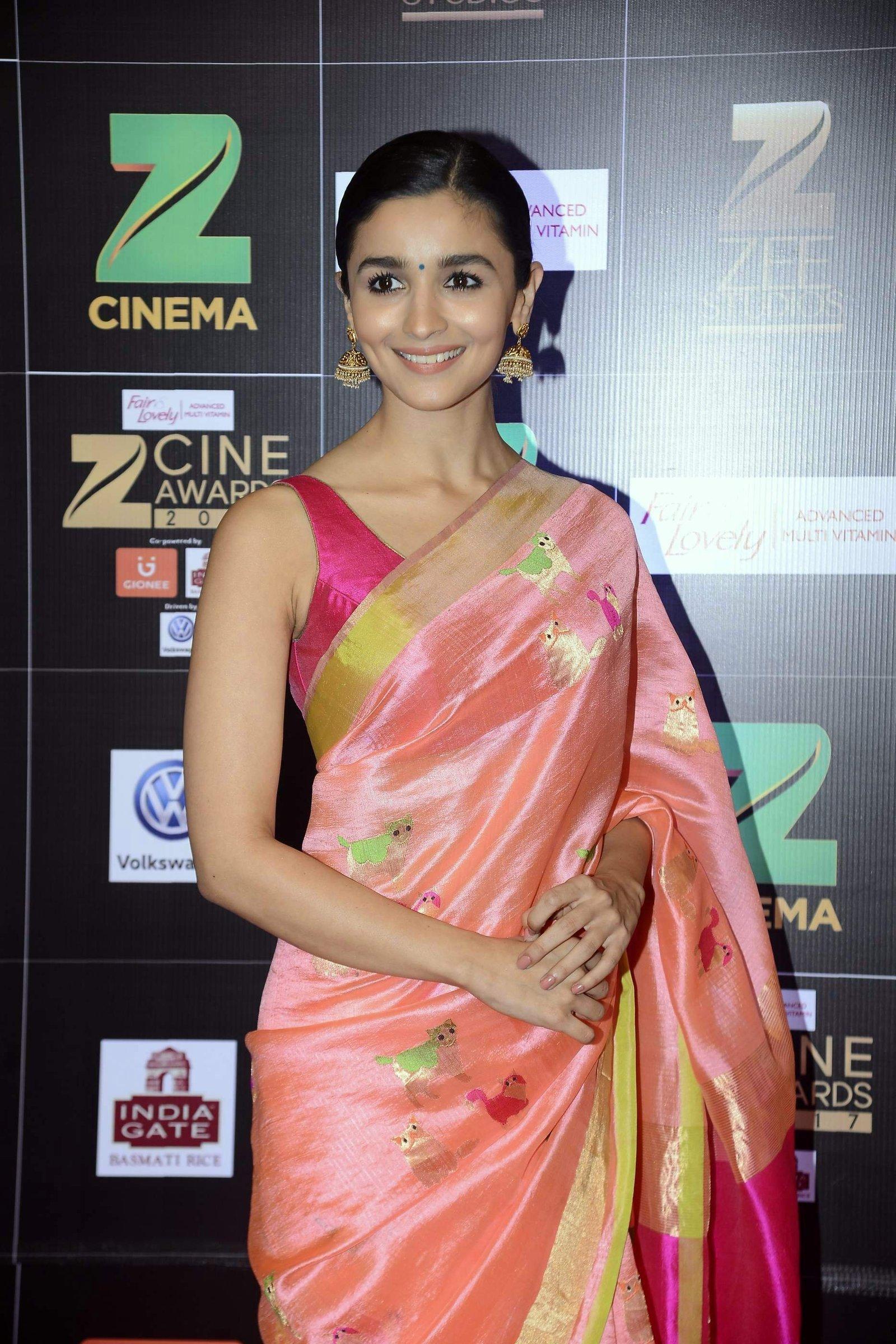 Alia Bhatt   Zee Cine Awards 2017 Red Carpet Photos Robert Downey