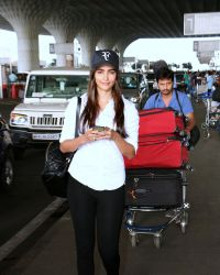 Pooja Hegde Spotted At Mumbai Airport | Picture 1525022
