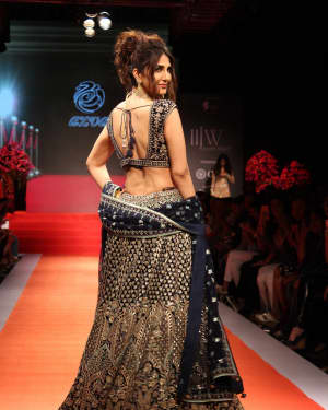 Vaani Kapoor - In Pics: Celebs Walks Ramp At IIJW 2017