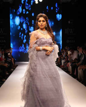 Bhumi Pednekar - In Pics: Celebs Walks Ramp At IIJW 2017