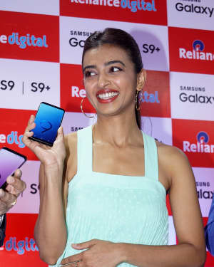 Photos: Radhika Apte Launches Buy Back Offer Of Samsung S9+ | Picture 1572786