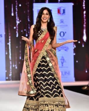 Photos: Pooja Chopra Showstopper For Designer Shaina | Picture 1574028