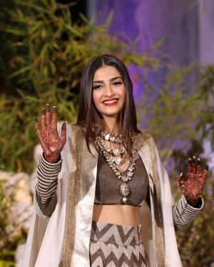 Sonam Kapoor - Photos: Sonam Kapoor and Anand Ahuja Wedding Reception