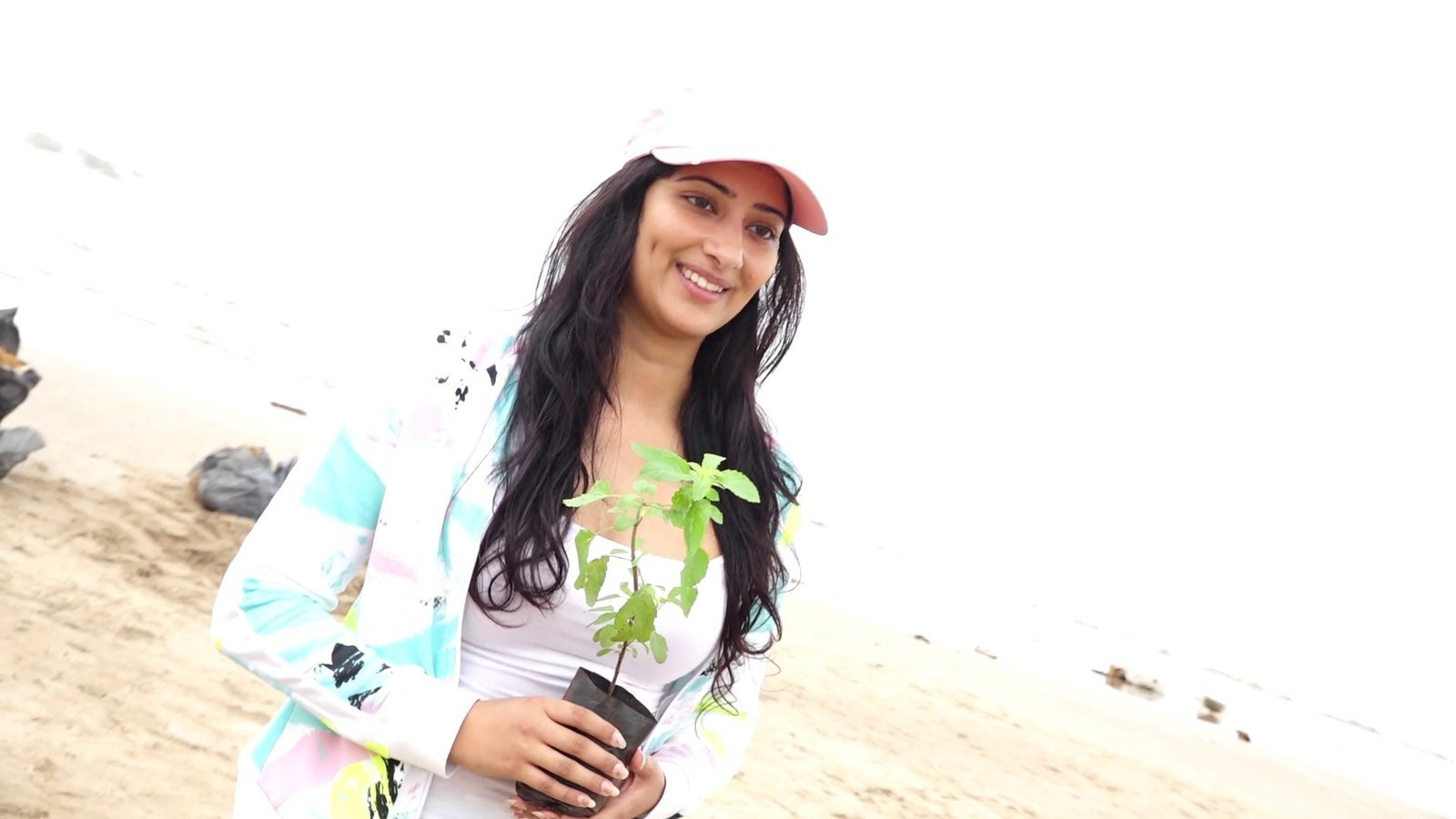 Photos: Niharica Raizada at Aksa Beach For Clean Up Campaign | Picture 1599081