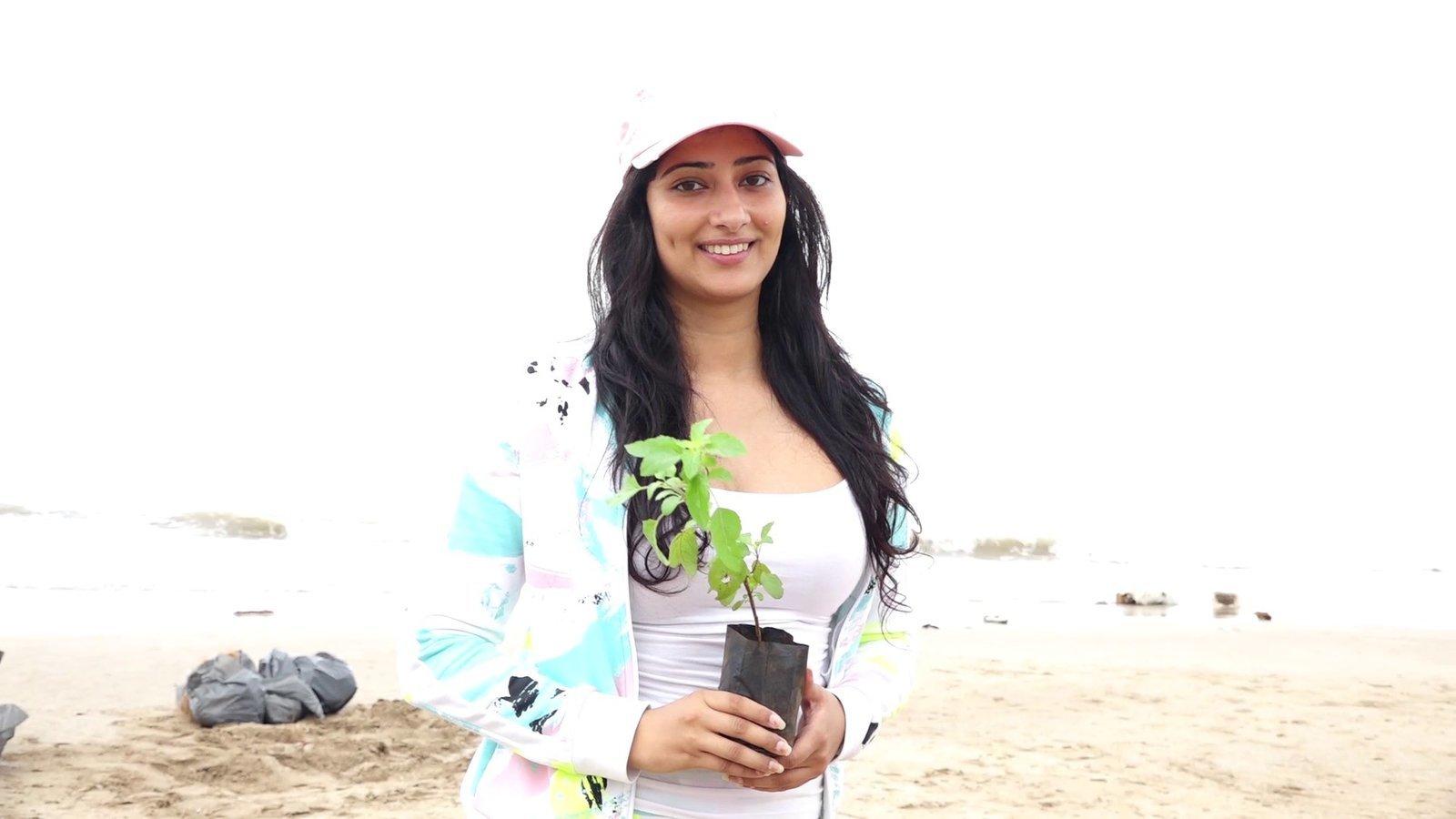 Photos: Niharica Raizada at Aksa Beach For Clean Up Campaign   Picture 1599080