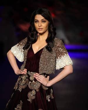 Photos: Aishwarya Rai Bachchan walks for Manish Malhotra during ICW 2015