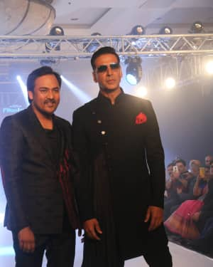 Akshay Kumar - Photos: Celebs Walk The Ramp During The Exhibit Tech Fashion Tour