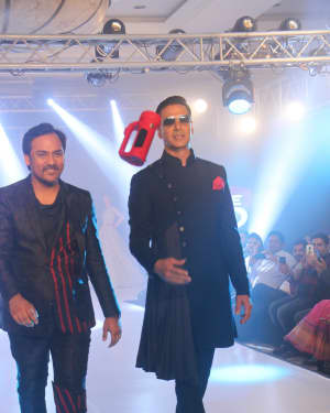 Akshay Kumar - Photos: Celebs Walk The Ramp During The Exhibit Tech Fashion Tour | Picture 1607617