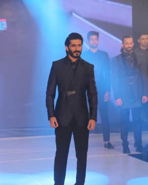 Photos: Celebs Walk The Ramp During The Exhibit Tech Fashion Tour | 1607630