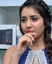 Raashi Khanna launches Big C Mobile Store in Guntur Photos